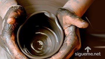 vaso de barro en la rueda del alfarero