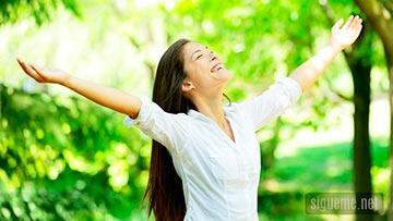Mujer feliz en plenitud con Dios y con la vida