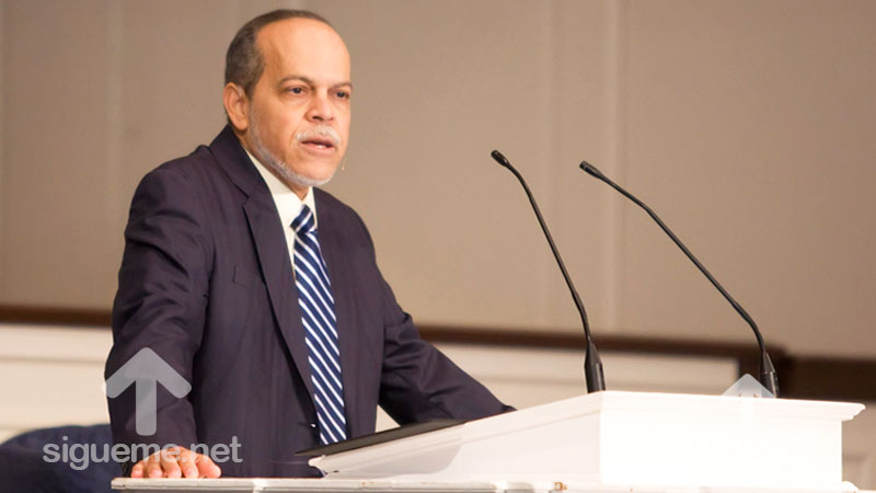 El Pastor Miguel Nu�ez predica su sermon Solo a Dios la Gloria