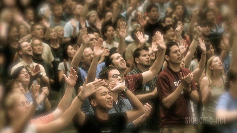 Una multitud de cristianos adorando a Dios en la iglesia