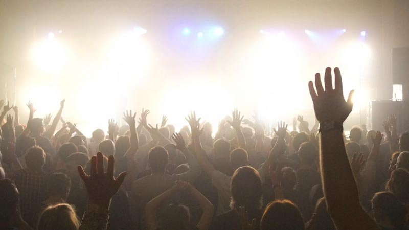 una multitud de creyentes adorando al Señor Jesus