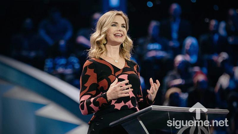 Victoria Osteen predicando en Lakewood Church